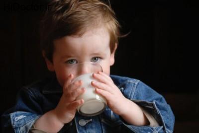 toddler-drinking-milk